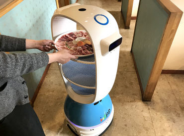 \ロボットが配膳をお手伝い!!/ 注文タブレットも導入◎ 初バイトの方も安心の設備環境です♪