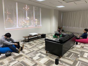 【充実した休憩スペース】 休憩時間に好きな動画を投影したり、筋トレしたり、自由に利用できます。