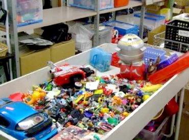 日用品や玩具など、様々なリユース商品の集荷や仕分けをお願いします! 色々な商品があるので、毎日がワクワクの連続です★