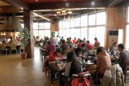 いつも大勢の観光客で賑わっているレストランです。