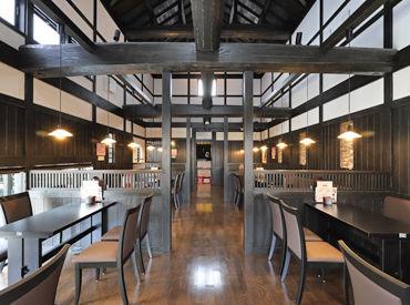 木造×レンガ造りの落ち着いた建物♪ 店内はクラシック音楽が流れ、 日本庭園を模したスペースのあるおしゃれなお店です。