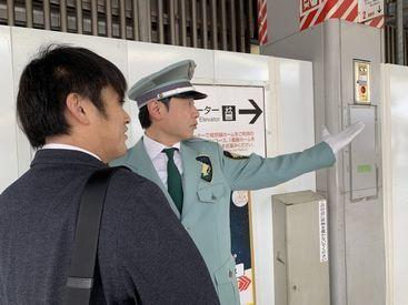 駅のホームを巡回し、ロッカーの場所や改札の場所などをご案内します。