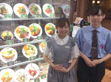 【オムライス専門店Staff】\学生さん多数活躍中♪/制服は選べる2種類!可愛いチェックの制服or 青のシャツ&黒のズボンお好みをお選び下さい♪