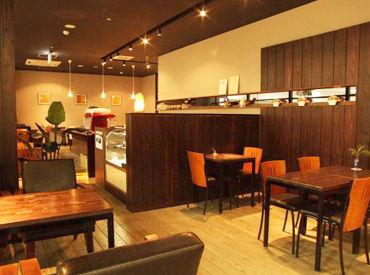 【カフェスタッフ】本屋さんに隣接した落ち着いた雰囲気のカフェ!学生~主婦まで幅広く活躍中★イチから丁寧にお教えします!未経験さんも安心◎