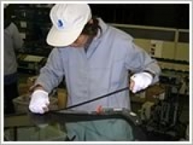 【成形機のオペレーター 】自動車ガラスの成形加工を行う工場▼成形機に材料をセット▼成形機から出てくる製品の外観チェック初心者でも簡単にできる◎