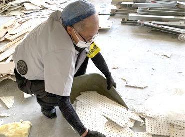 ゴミ収集は、特別な重機の操作なし! 写真のように基本【手作業】でOK 事前準備するものも一切ナシ◎ 体1つで挑戦できます!