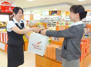 新潟空港ターミナルビル内の土産店「アカシア」にて接客販売をお任せ☆常に8名体制なので、1人になることはありません◎