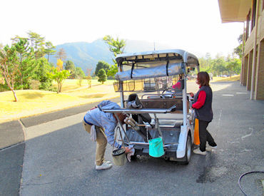 キャディーバッグをずっと持つお仕事ではありません! 移動時にゴルフカートに積んだり下ろしたり♪ <女性STAFF活躍中>