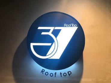 RoofTopの名の通り、お店の半分は屋上スペース! 新宿ユニカビジョンの目の前です◎ この立地でもバタバタしない会員制のお店!