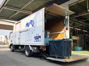 2トントラックにはパワーゲートが付いているので 力要らずで楽にカートの出し運びが出来ますよ◎