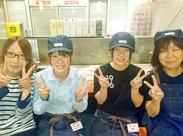 青森本町の牛角青森店でのスタッフ募集中! 優しい女性店長(写真左側)がお仕事をお教えします♪