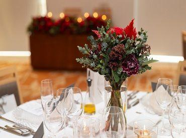 ホテルのパーティー会場や、結婚披露宴会場でのお仕事♪ テーブルセット等の準備・ドリンクやお料理の提供などをお願いします!
