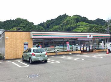 新静岡インターの近くにあるコンビニ♪ 夜間の時間帯は車通りも少なく、 比較的落ち着いて働けますよ◎