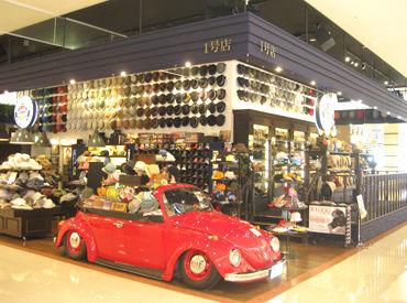 赤い車が目印です★*゜ こんなかわいい車があるお店は…【帽子屋FLAVA】!!!! 写真はゆめタウン別府店となります◎