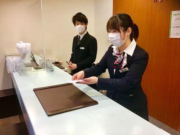 ホテルフロントでの受付がメイン業務です! まずは笑顔と元気な挨拶ができればOKです★