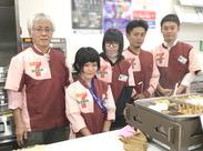 一番左の方がオーナさん、右から2番目の方がオーナーの息子さんです! あったかい家族経営のお店で働きませんか♪