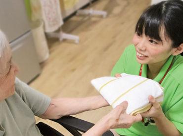 「ご飯おいしかったですね♪」など 楽しくお話ししながら入居者様をサポート! 制服は明るい黄緑色のポロシャツStyle◎