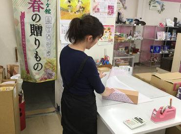 【店舗STAFF】お中元やお歳暮などの贈答品を販売しているお店です!まずは、購入いただいた商品をキレイに包装することからでOK♪