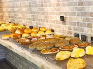 「桃山南口」駅が目の前★パンの香りに包まれて、スタッフもお客様も幸せいっぱい◎Cafeスペースも併設しています♪