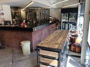 カフェの内装は、鉄や木、レンガなどの質感を感じるデザイン。働いていて楽しい、お洒落な空間♪【土日祝に勤務できる方 歓迎】