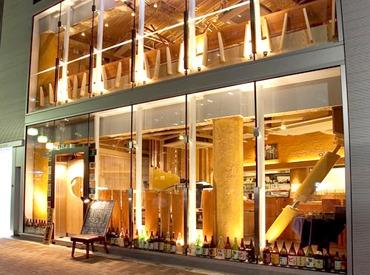 【ホール】◆*友達に自慢したくなる、オシャレなお店*◆【週2/4h~OK】ご予定に合わせて働ける◎髪型自由&ピアスOK♪<新宿東口>徒歩スグ