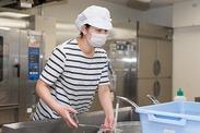 施設内での調理補助のお仕事です。 落ち着いた雰囲気の中、あなたらしくのびのびと働けまよ♪