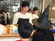 ギャップ萌男子代表の店長(写真中央)をはじめ、スイーツ男子、方言男子、も活躍しています♪コーヒーマシンも扱えますよ★