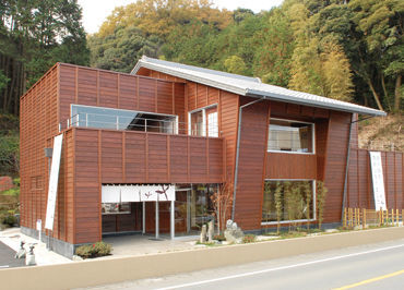 ≪1階の日本茶販売フロア≫ 温かく、ゆったりとした雰囲気の中でお仕事◎ まずは「いらっしゃいませ」から始めましょう*
