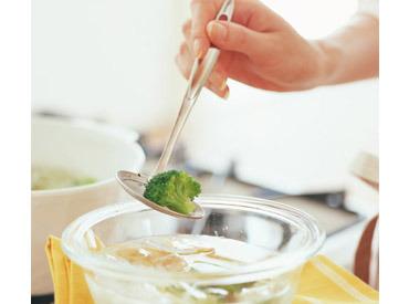 働きながら、自然と料理のレパートリーも増えちゃう♪ 食材カットやお皿の洗浄など、初めはカンタンなことからお任せします◎