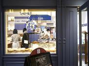 青と白のツートンカラーの壁紙がカワイイ女子に人気のオシャレCAFE◎美味しいパンは食事補助を使って気軽に楽しめちゃいますよ♪