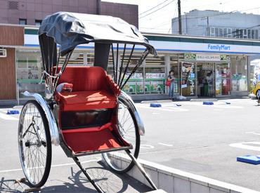 鎌倉の有名神社に続く一本道にある駅チカ店舗です◎ 実際に写真のような人力車をひく陣夫さんもご来店♪ 間近で見ると迫力【大】
