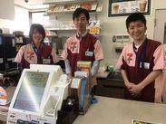 笑顔の素敵な山本オーナー☆(真ん中) とアルバイトさん^^ 長く続けてくれてるフリーターさんが多いのもお店の特徴です☆