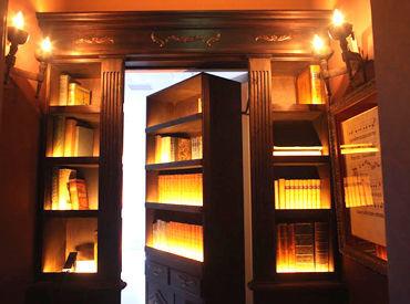 本棚の隠し扉を開けると…そこには近未来の様なステキなオフィスが…★* 第二新卒も歓迎!ネイル/ピアス/服/髪…ALL OK◎
