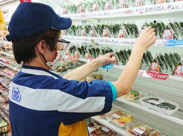 季節の新商品など、入荷された商品をキレイに並べます! 優しいスタッフが丁寧に教えるので、安心してください◎