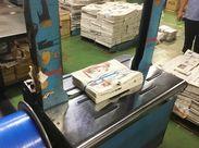 """数えた新聞を機械の上に乗せてボタンを""""押すダケ""""!シュッとひもでまとめてくれるからラクラク★"""