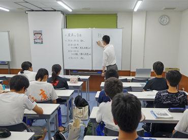 ≪講師 1:生徒 20≫の集団指導 しっかりとした研修があるので安心スタート♪ バイトデビューの方も歓迎です◎