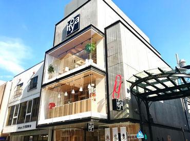 ■□ CAFE Stylo(カフェ スティロ) □■ 赤いクリップの看板が目印の伊東屋ビル12F。 級ブティックが立ち並ぶ銀座のカフェ。