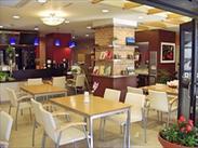 おしゃれなカフェカウンターのあるデイサービスセンター♪内観の雰囲気に合わせてデザインされたカフェスタイルの制服も大好評☆