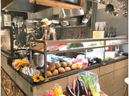 1日分の野菜が摂れる◎ヘルシー&美味しいカレーが大人気★まかないでお得に食べれます♪≪週末・夜に勤務できる方急募≫