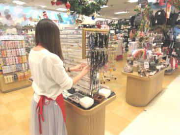 洋服・雑貨、お菓子など可愛くて面白いものたくさん★お客様は子供が多いので子供好きな方も大歓迎◎楽しく働ける環境です!
