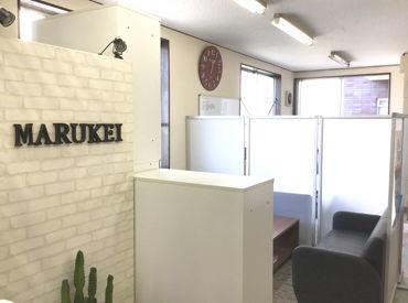 ■ 福岡各地に勤務地多数 ■ 事務所⇒現場は送迎があるのでラクラク! ご自宅から現場が近い方は、 <直行直帰>も可能です♪