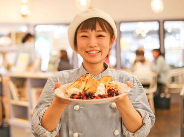 """【カフェSTAFF】TSUTAYA併設の""""BOOK&CAFE""""+◆*。旬の果物いっぱいのパフェなどをご提供◎オープニングだから、みんな同期!楽しくオシゴト♪"""