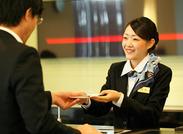 落ち着いた雰囲気で働ける人気の≪フロントSTAFF≫を募集中。接客やマナーのスキルアップもできちゃいます!