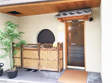 和風テイストの粋な空間◎ 落ち着いた客層の方がほとんど♪ カウンターではなく、裏での作業です!!