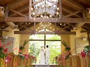 憧れの≪ザ ヒルトップテラス奈良≫で働こう♪ 非日常な空間で行われる、幸せな結婚式を 演出するお手伝いをお願いします◎