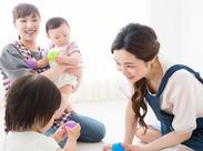 一緒に遊んだり見守ったり、子どもたちの笑顔に癒されます。シフト制なので、家事と両立して働く方が多数活躍中※画像はイメージ