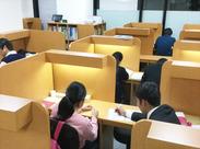 生徒との距離が近いのでスグに打ち解けられます◎実は、疲れにくい椅子を使用しているので座り疲れもございません♪