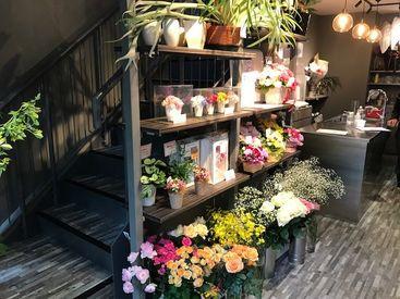 「お花が好き」「ガーデニングが趣味」という方、大歓迎♪*季節ごとに違うお花が店頭に並ぶので、楽しく働けますよ!!!