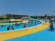 真っ青な空と、ギラギラ輝く太陽のもと、 お客様とプールの安全を守るオシゴトです!