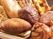 店内で焼き上げる美味しいパンは定番なものから ユニークなものまで様々♪もちろん社割価格で購入出来ますよ!